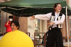 巨大な風船に入るショーを行う大道芸人アルジェントさーかす