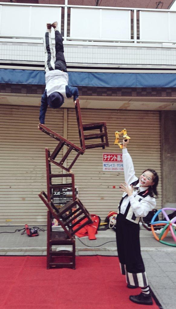 かめいど勝運大道芸で行われたサーカス芸(チェアーアクロバット)を行うアルジェントさーかす
