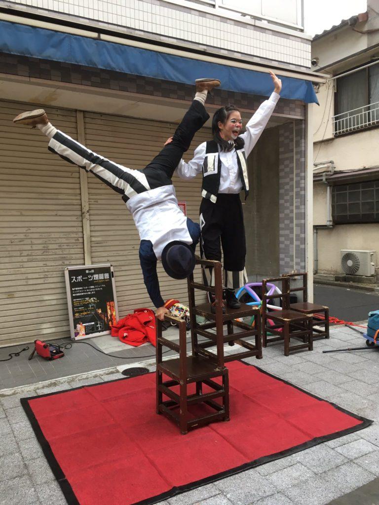かめいど勝運大道芸での椅子を使ったアクロバット