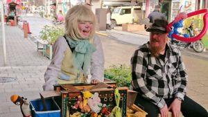 クラウン(ピエロ)ロイくんがストリートオルガンを演奏しているときの写真