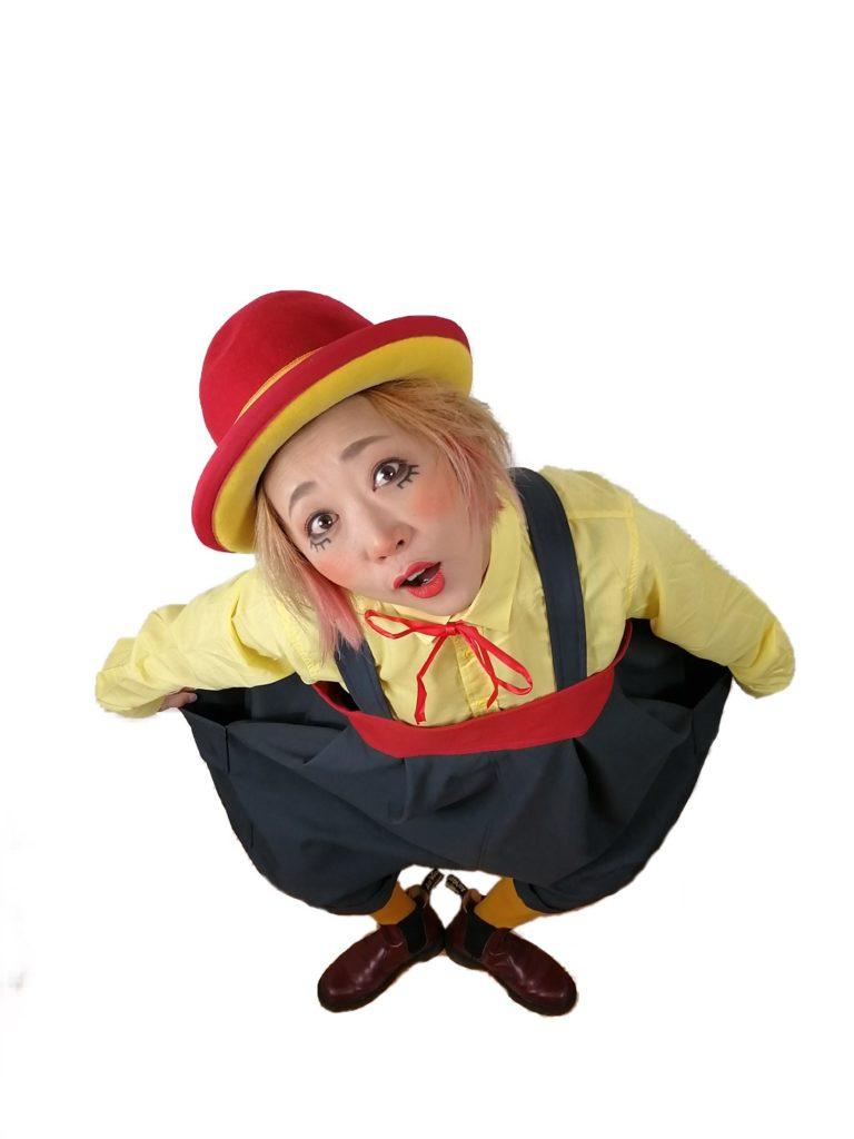 空中芸から力技、ジャグリングにバランス芸に一輪車、Clown NUTSは何でもこなします。