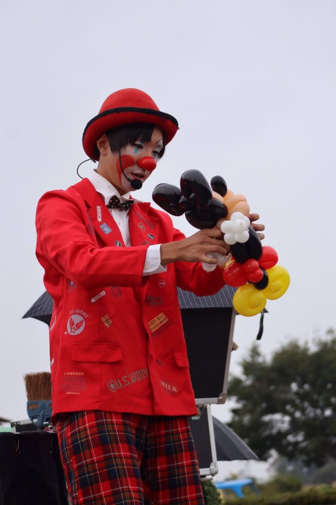 おとぼけクラウン(Clown)のタッキィが巻き起こす笑いなくして見れないパフォーマンスは観客の心をガッチリ掴んで離しません。