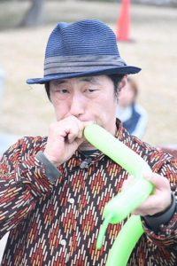 大道芸バルーンアート葛西臨海公園で風船を膨らませるGEN(ジェン)