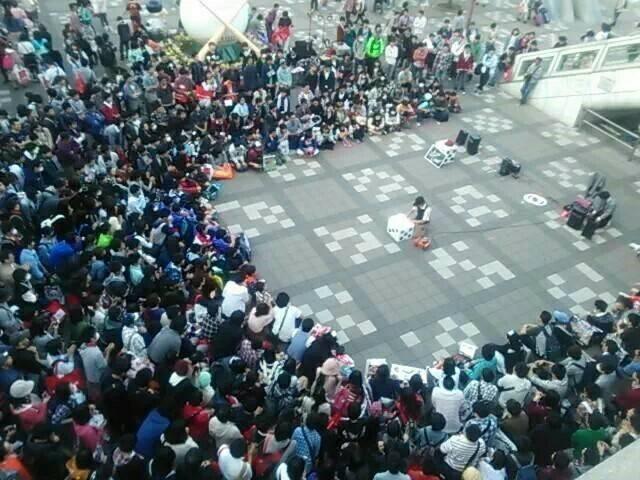 大道芸人 たいち が大勢の観客に囲まれている写真