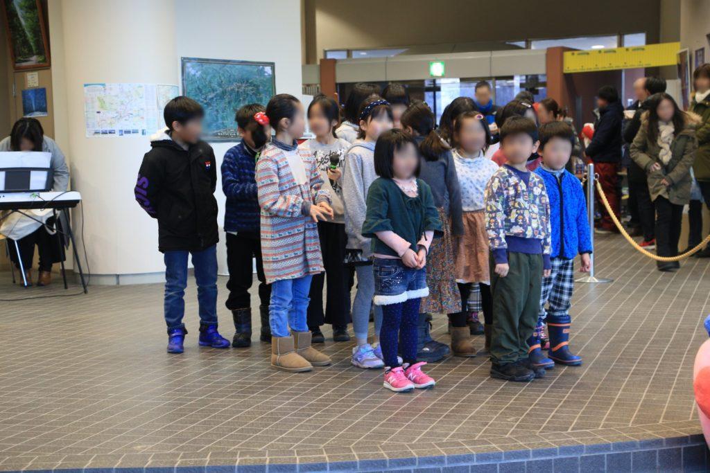 野辺山高原アイスキャンドルフェスティバルで小学生による合唱