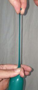 風船の結び方の悪い例の改善方法、充分に縛り口の長さが確保できてることを確認する。