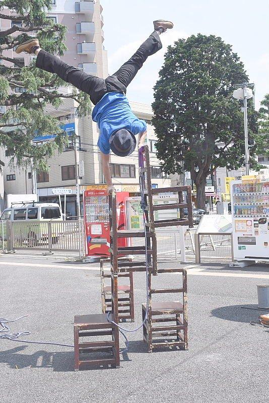 町田シバヒロでの大道芸パフォーマンス、ヘブンアーティスト椅子倒立