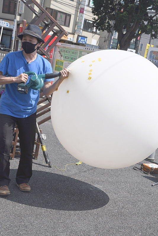 町田シバヒロでの大道芸、巨大な風船を使ったショー
