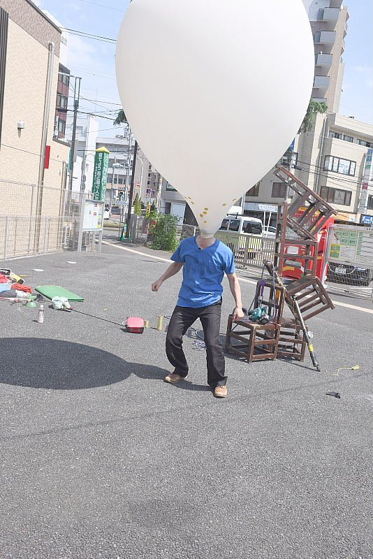 町田シバヒロでの大道芸!巨大な風船に入る芸